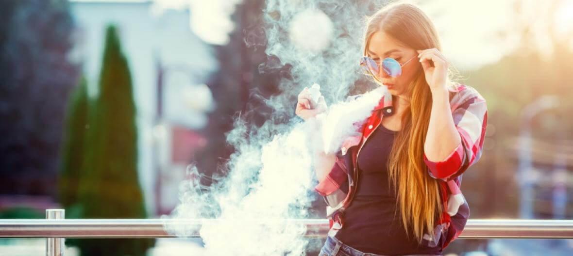 Těhotná žena vapující elektronickou cigaretu