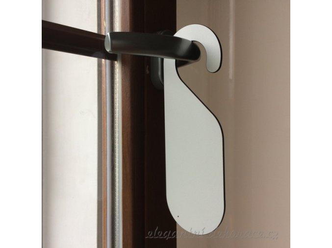 visačka na dveře bílá