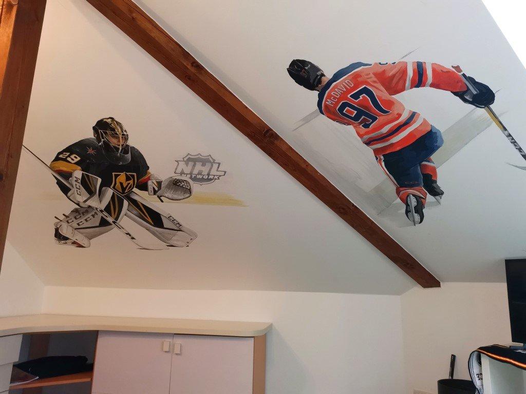 Malba na míru s hokejisty na stropě v dětském pokoji