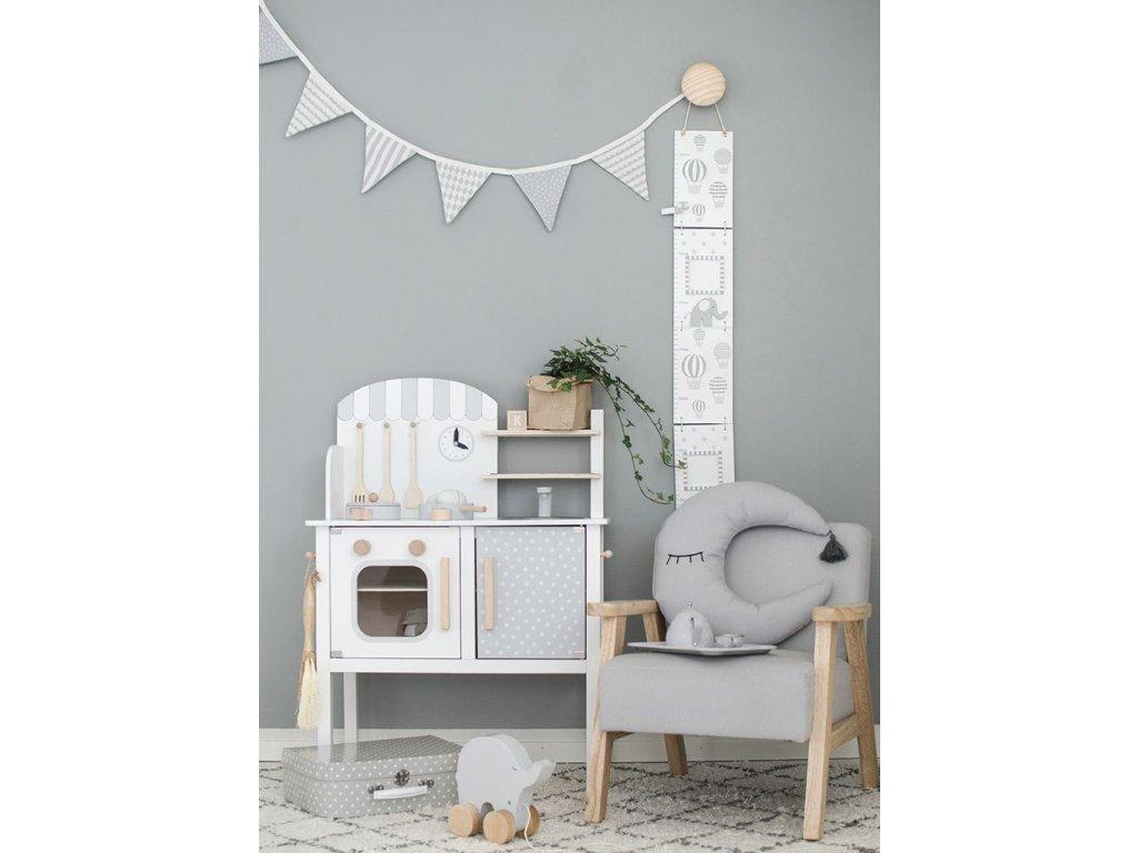 Skvělý dárek pro vašeho malého kuchaře. Dřevěná malovaná kuchyňka s příslušenstvím.