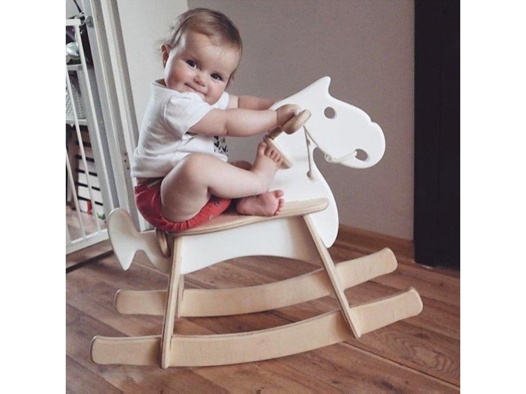 Elegantní houpací koník v retro designu slibuje dětem skvělou zábavu a potřebné pohybové vyžití