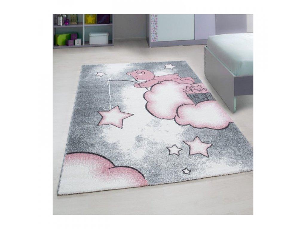 Dětský kusový koberec s medvídkem rozmísťujícím hvězdičky po obloze v šedo-růžové barvě se skvěle hodí do každého holčičího pokoje