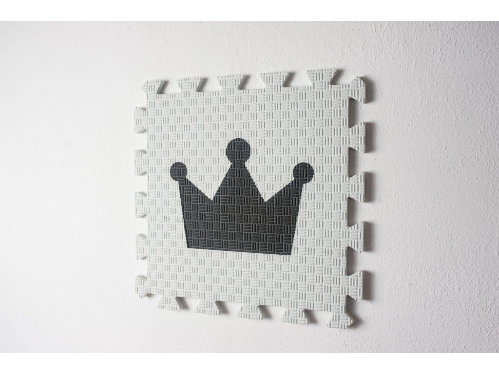 bílá podložka s tmavě šedou korunou