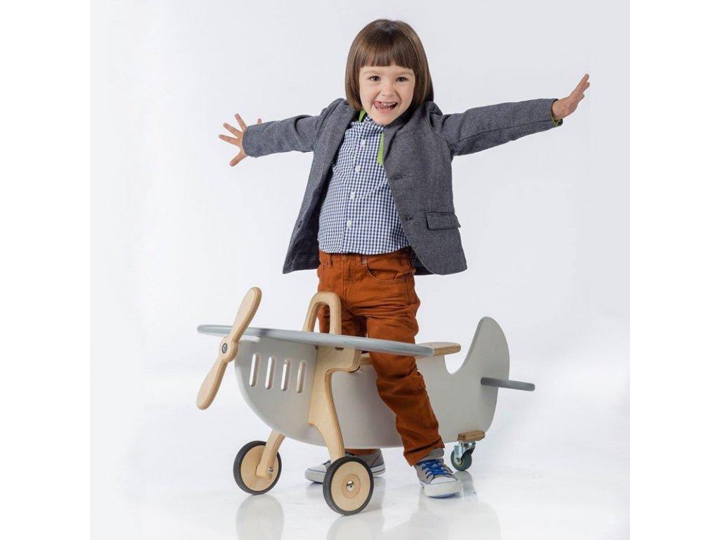 designové dřevěné odrážedlo letadélko zaujme svým provedením v klasickém retro stylu
