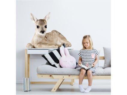 Designovou nástěnnou samolepku se  srnečkou lze v dětském pokoji využít i jako netradiční fototapetu.