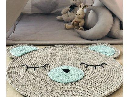 Vkusný, ručně háčkovaný kulatý kobereček je stylovým a praktickým doplňkem dětského pokoje