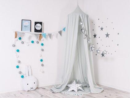 Splývavý, stříbřitě šedý baldachýn vtiskne dětskému pokojíku kouzelně pohádkový nádech