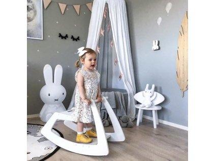 holčička na bílém koníkovi