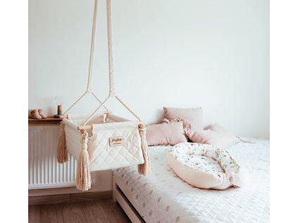 newborn swing v pokoji