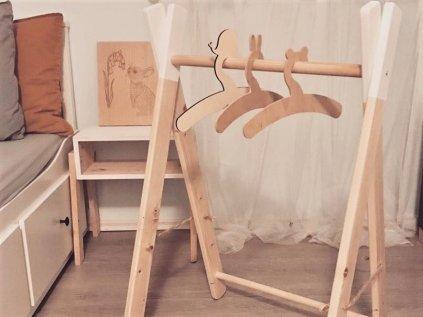 dřevěný věšák na šatičky i další dětské oblečení