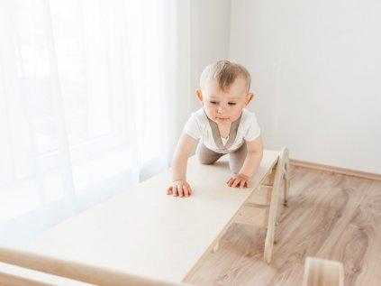 Oboustranná deska může sloužit jakou skluzavka, žebříček, mostek, záleží jen na dětské fantazii