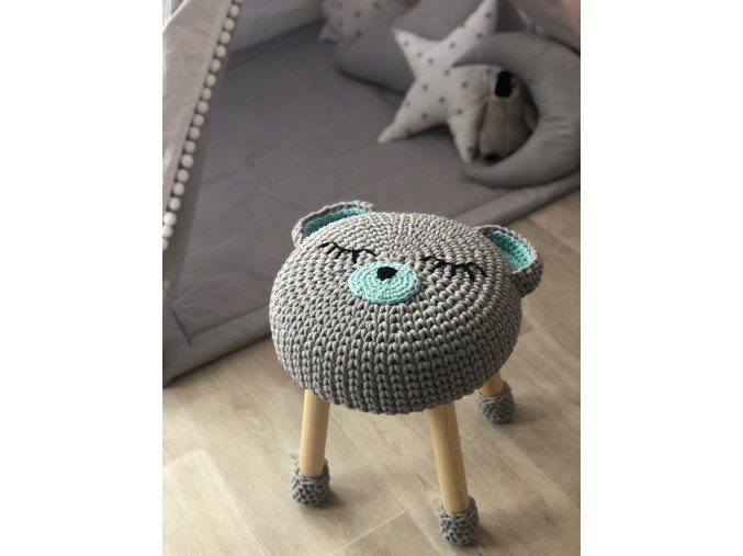 Ručně vyráběná půvabná dětská stolička nebo taburetek s háčkovaným potahem je originálním, nestandardním bytovým doplňkem pro nejmenší.