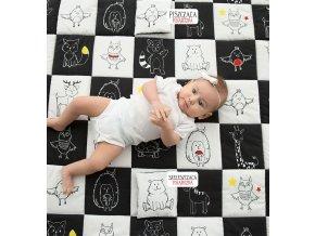 Měkkáhrací podložka šachovnice, vyrobená z ekologických antialergenních materiálů s našitými senzorickými hračkami, rozvíjí prostřednictvím hry dětské smysly