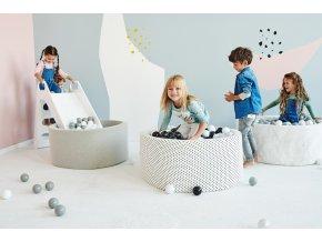 Dětský pokoj s bílým bazénkem černé kuličky