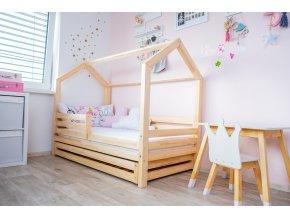 Postýlka ve skandinávském stylu v podobě domečku je prostorem nejen pro spaní, designově přizpůsobeným dětskému světu.