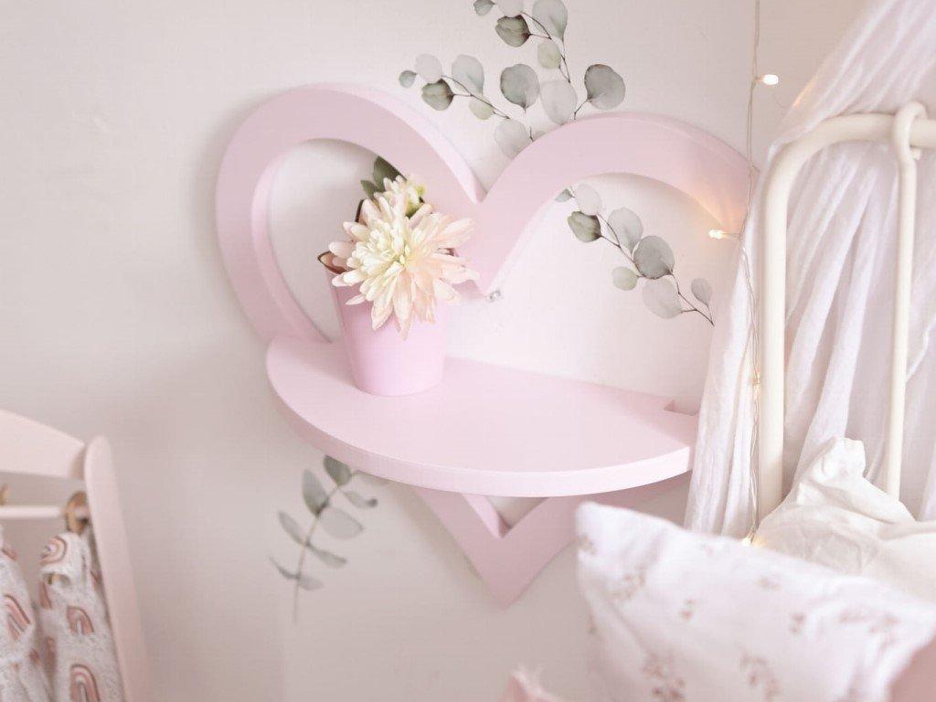 Gyönyörű szív alakú polc a gyerekszobába