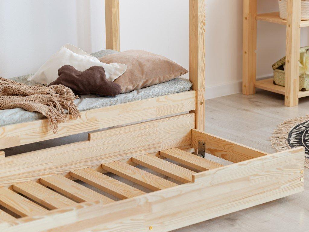 Šuplík pod domečkovou postýlku využijete nejen jako úložný prostor, ale i jasko alternativní lůžko pro malé návštěvníky.