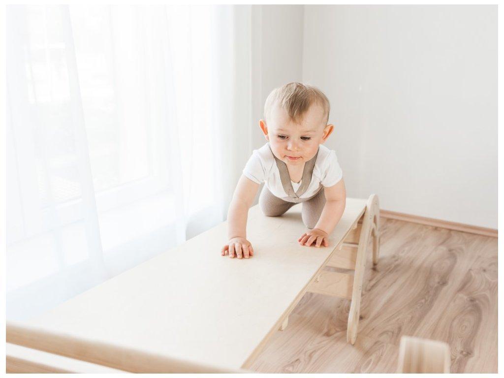 Obojstranná doska môže slúžiť ako šmýkalka, rebrík, mostík, záleží len na detskej fantázii
