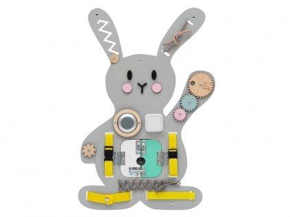 Úžasná activity board hračka na stenu sivý zajac