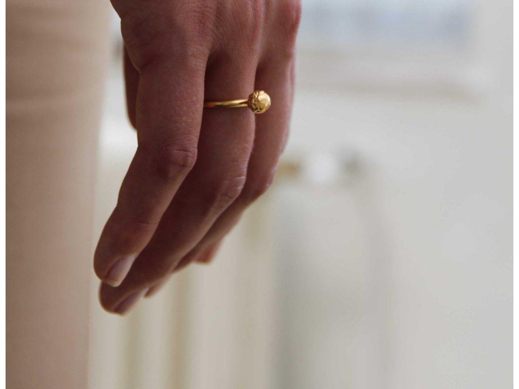 NEW ARCHEOLOGY artefakt pozlacený prsten masivní s kuličkou
