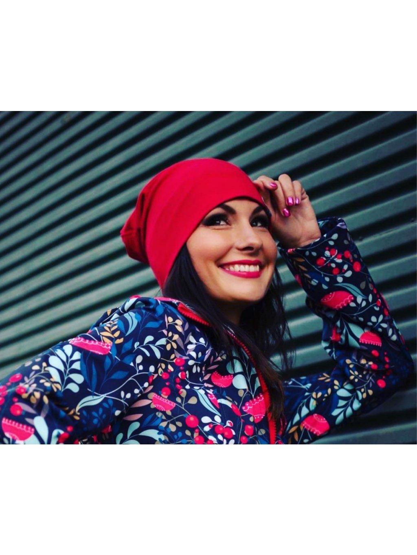 """alt=""""červená dámská čepice oblečená na modelce která se usmívá"""""""