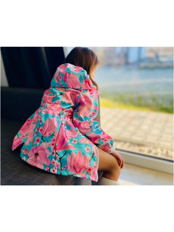 """alt=""""dívčí kabát softshellový s květy magnolie na dívce koukající z okna"""""""