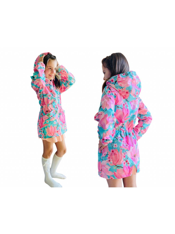 """alt=""""jarní dívčí kabát softshellový na modelce s velkými květy růžové magnolie na mentolovém pozadí"""""""