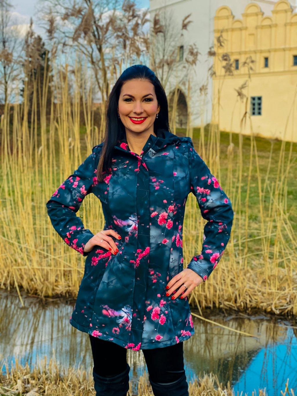 """alt=""""dámský jarní kabát černý s růžovými květy"""""""