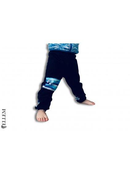 """alt=,,Softshellove kalhoty pro deti cerne v pase s napletem s regulaci obvodu pasu dole na nohavici s napletem cerne s prvky modrých pruhu vpredu na stehne a vzadu nad kotníky"""""""