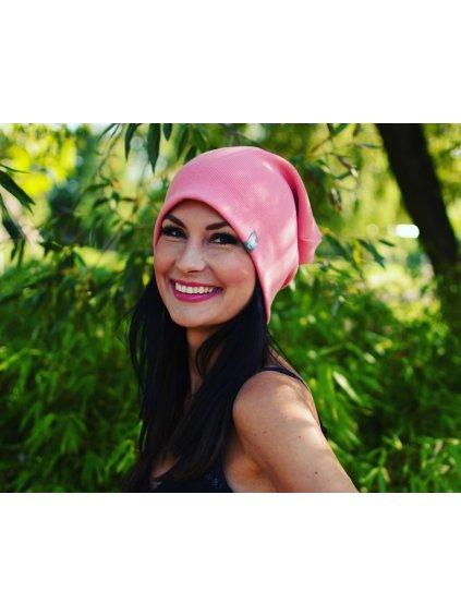 """alt=""""dámská čepice v meruňkové barvě oblečená na usměvavé modelce"""""""
