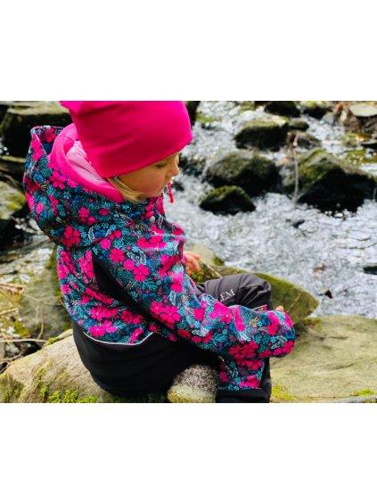"""alt=""""dívčí softshellová bunda podzimní s růžovými kytičkami na černé"""""""