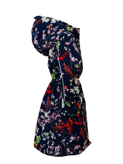 """Alt=,,divčí softshellový kabát dlouhý ke kolenům s motivem kolibříků a květů sakury na tmavě modrém podkladě s výrazně červenou podšívkou v kapuce na zip s reflexními prvky"""""""