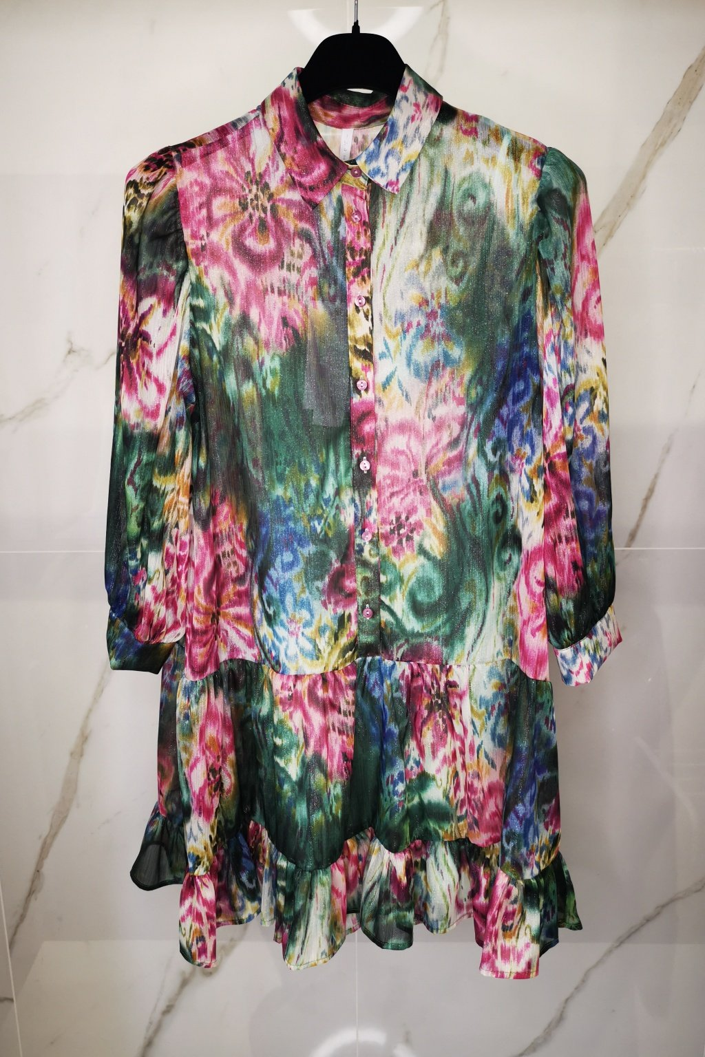 Farebné šaty s volánom