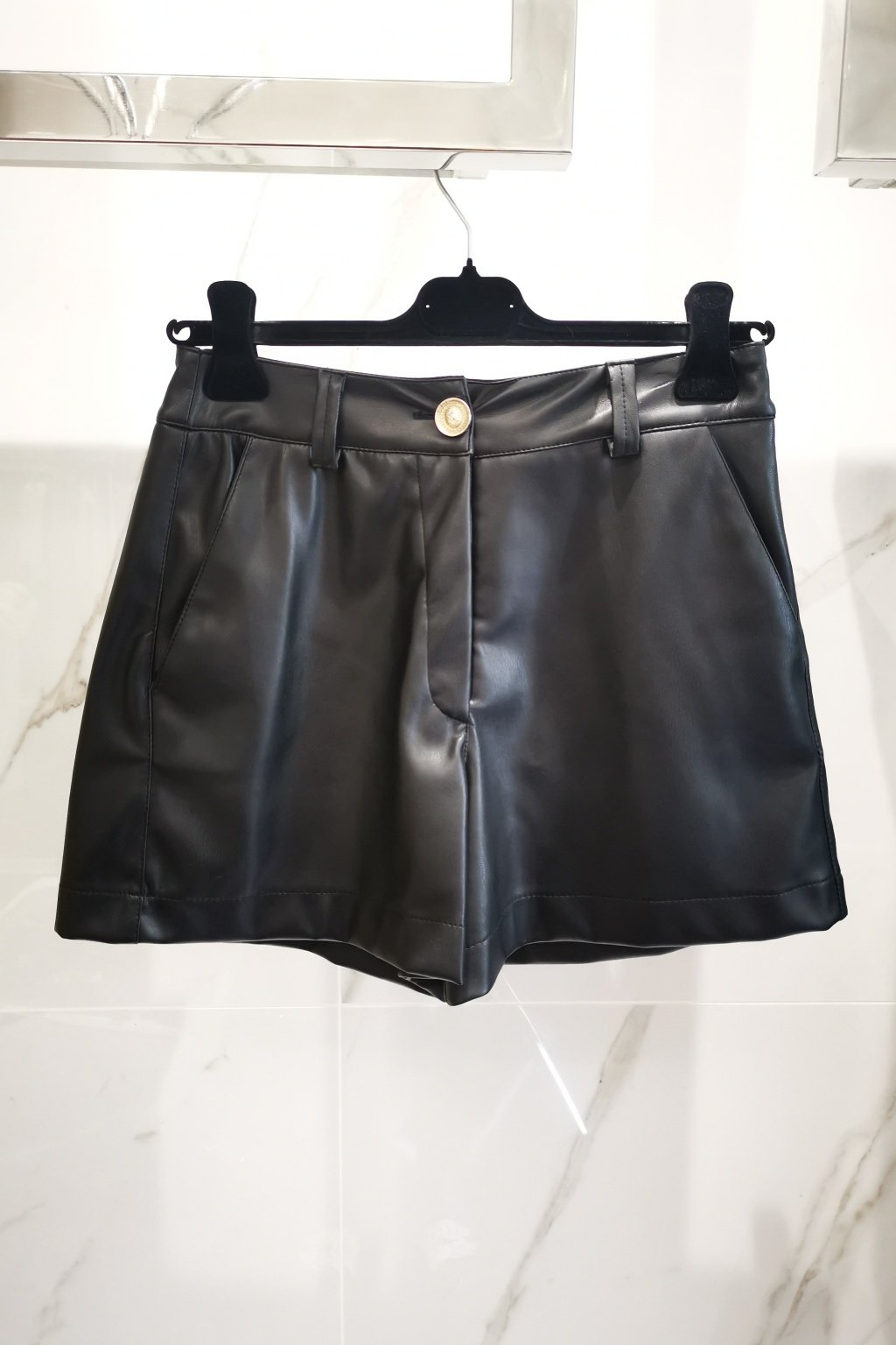 Koženkové krátke nohavice čierne