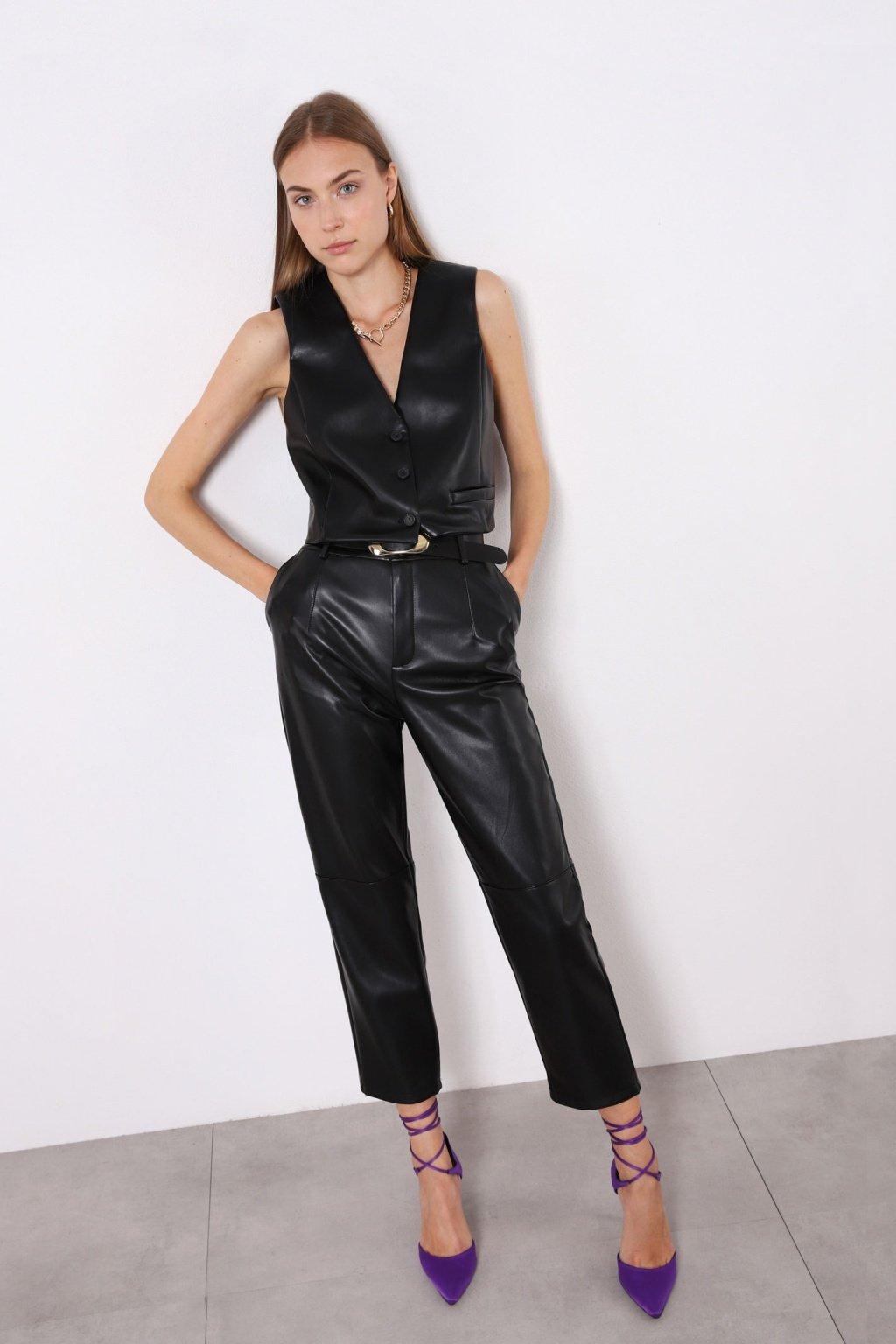Koženkové nohavice s opaskom čierne