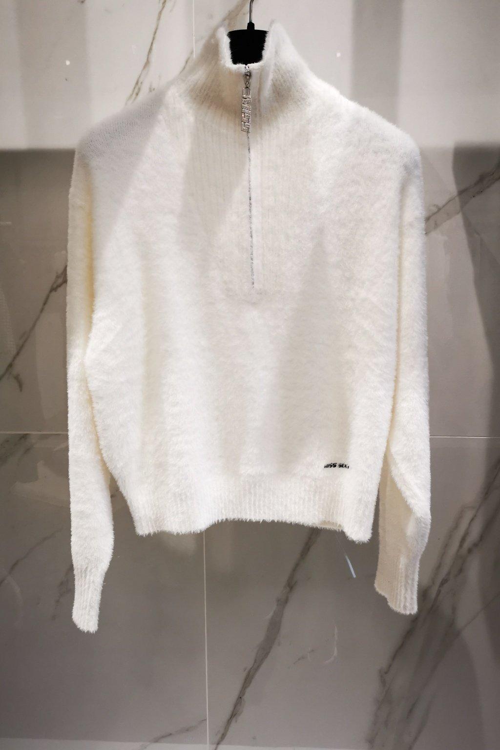 Plyšový sveter so stojačikom biely