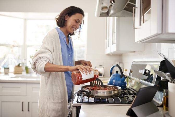 Kryt na sporák je praktickým pomocníkem i designovým prvkem každé kuchyně