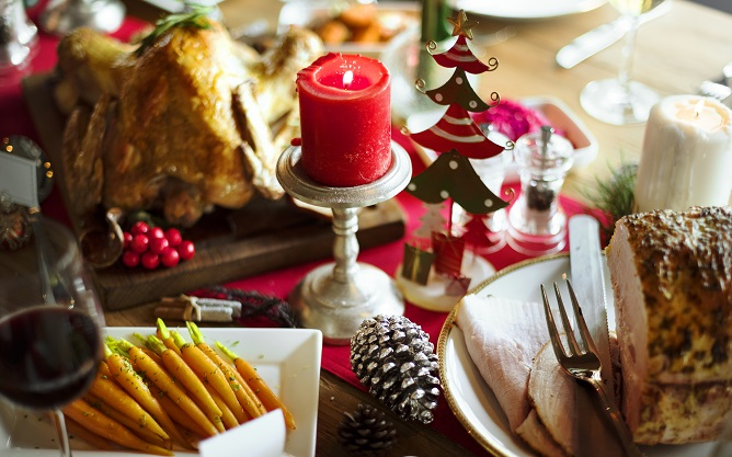 christmas-family-dinner-table-concept-PB9KXYM