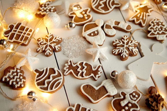 christmas-sweets-composition-gingerbread-cookies-ZR2BWJG