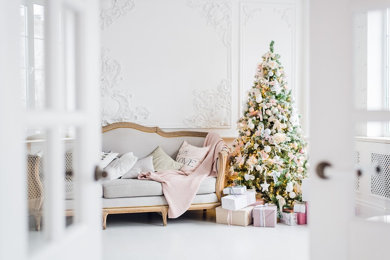 christmas-tree-with-a-white-sofa-in-a-white-room-PDZKXF2