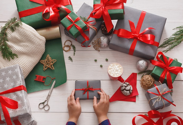 gift-wrapping-packaging-modern-christmas-present-PRUBM28