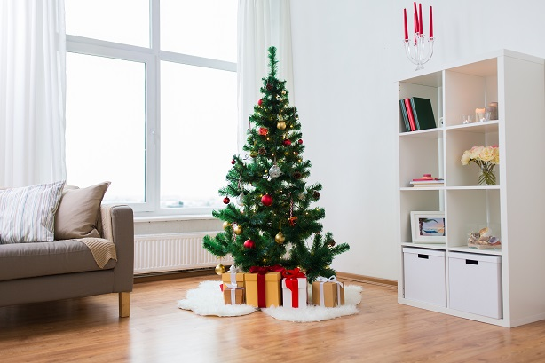 artificial-christmas-tree-and-presents-at-home-P5SERSG