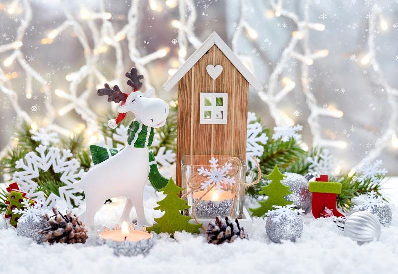 christmas-decorations-little-figure-elk-and-TCUN2SJ