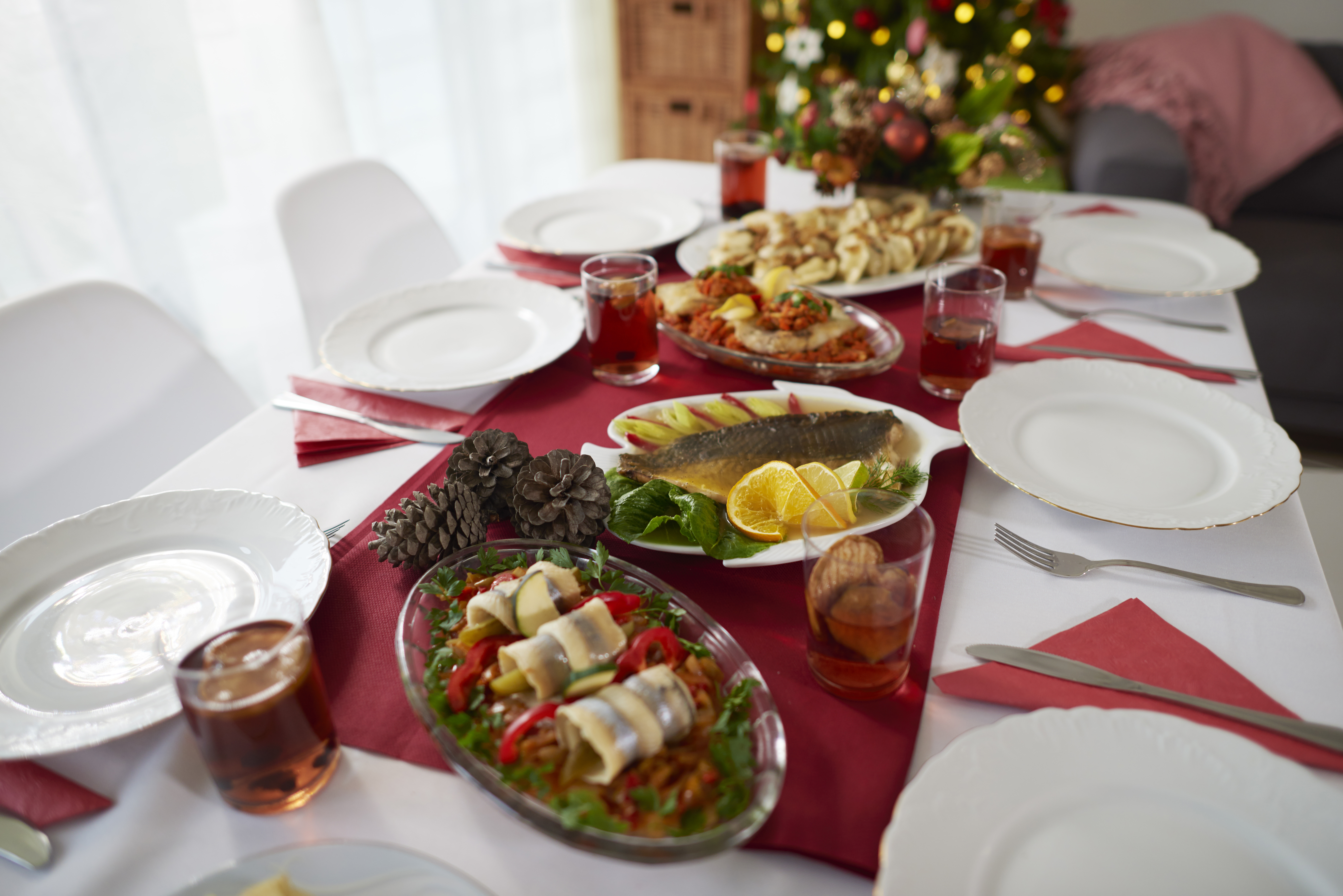 christmas-table-is-waiting-for-the-quests-9SPR2H2