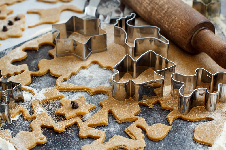 cooking-christmas-cookies-with-cookie-cutters-PNMA2UD