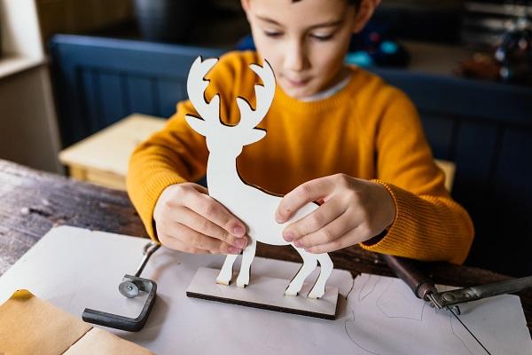 making-wooden-deer-figurine-QELADW9