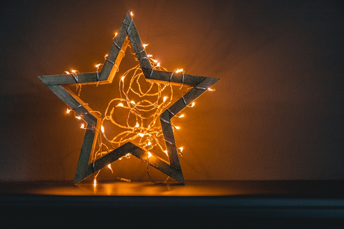 wooden-shiny-star-with-a-festoon-as-a-symbol-of-CATEZH9