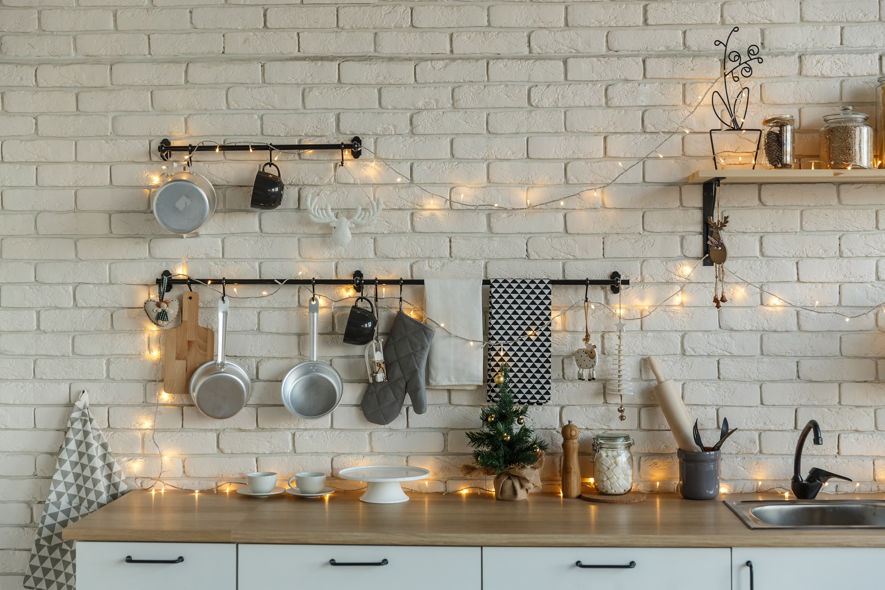interior-light-kitchen-with-christmas-decor-and-3RNZDFG-min