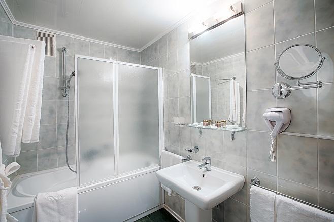 interior-of-a-modern-hotel-bathroom-PP893RL