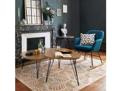 Vázy válcovitého tvaru se svíčkami ve tvaru květů, skleněné lampiony na zrcadlovém tácu